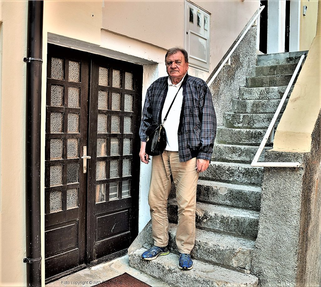 Dinko Supić kraj vratiju očeve postolarske radione