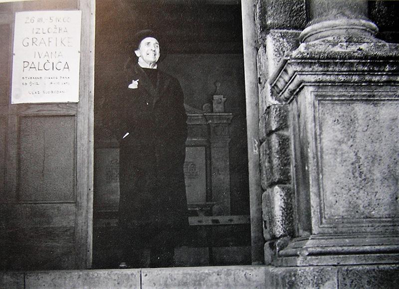 Ivan Palčić na vratima Gradske lože u Zadru u vrijeme održavanja prve samostalne izložbe u Zadru 1960 (Foto Ante Brkan, Galerija umjetnina Zadar)