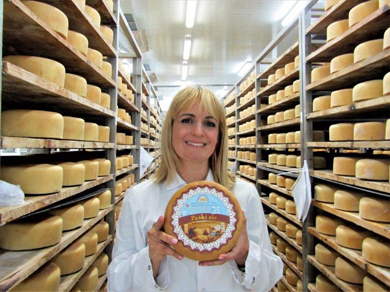 Paški sir, najpoznatiji proizvod Paške sirane.